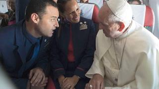 Papa celebró primer matrimonio a bordo del avión papal