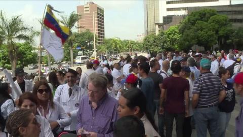Médicos opositores piden insumos y chavistas apoyan a Maduro