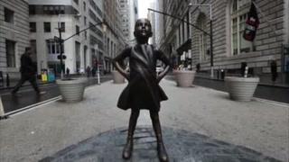 Reúnen firmas para mantener a 'niña desafiante' en Wall Street
