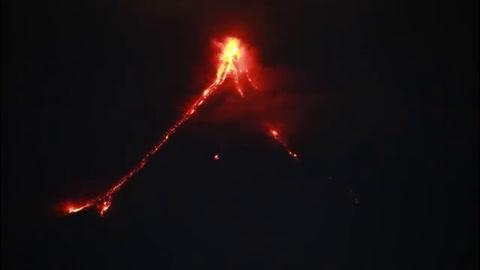 Volcán filipino comenzó a escupir lava