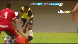 Insólito: Recogepelotas celebra gol y recibe una golpiza del rival