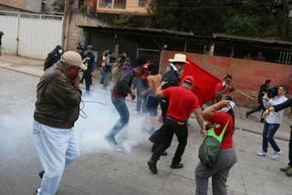 Nuevamente lanzan bombas lacrimógenas al expresidente Zelaya