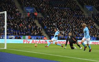 Gabriel Jesús y Kevin Bruyne tienen ganando al Manchester City 2-0 ante Leicester
