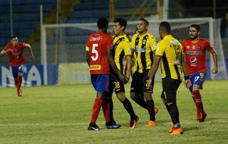 La dura falta de César Oseguera contra jugador del Municipal