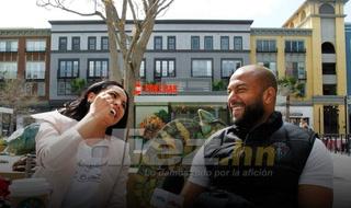 'Muma' Bernárdez sorprende a su esposa y le roba un beso en plena entrevista