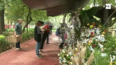Ofrendas de flores a las víctimas del sismo dan