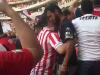Aficionados de Chivas consuelan a 'fan' del Atlas