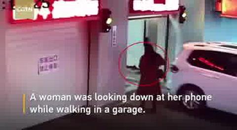Una mujer entra en un autogaraje y es atropellada por un auto sin conductor