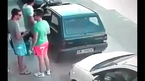 Un hombre mueve un vehículo con sus propias manos y deja sorprendido a dos jovenes