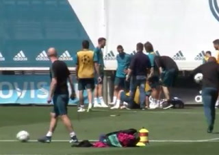 Fuerte entrada de Ramos a Asensio en el entreno del Madrid