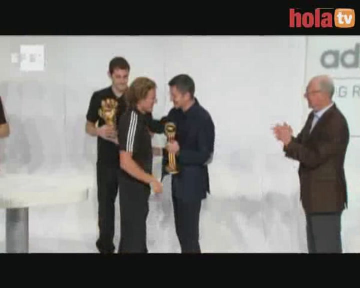 Iker Casillas y Diego Forlán reciben el Guante y el Balón de Oro de Sudáfrica 2010