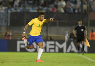 Paulinho marca el 2-0 para Brasil ante Uruguay