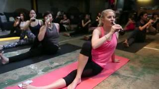 Clase de yoga combina estiramientos con cerveza