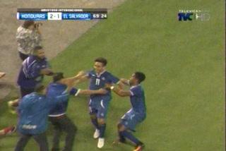 Rodolfo Zelaya anota el empate 2 - 2 de El Salvador ante Honduras