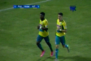 Franco Guity anota el 2 - 1 de Juticalpa ante Platense