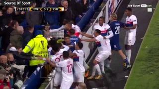 Un aficionado con un niño en brazos golpea a un jugador del equipo rival