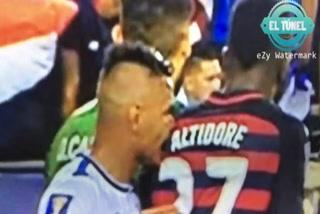 Jugador salvadoreño al estilo Luis Suarez muerde a delantero de Estados Unidos