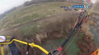 Paramotor paraşütçüsünün araba üzerine düşme anı kameraya yansıdı