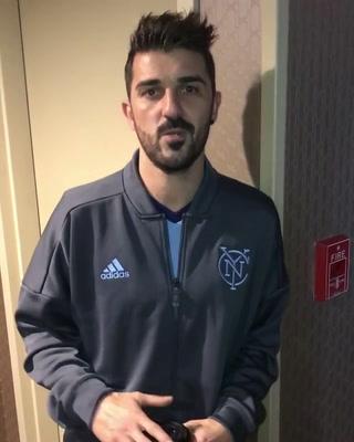 Jugador español David Villa envía saludo a Honduras a través de Elis