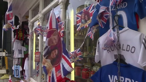 Las tiendas de Windsor venden recuerdos de Enrique y Meghan