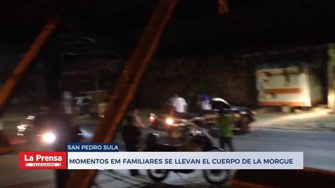 Momentos en que familiares se llevan el cuerpo de la morgue de San Pedro Sula