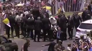 Papa se salió del protocolo para asistir a mujer policía