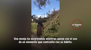 Armada con una motosierra una monja ayuda tras paso de huracán Irma