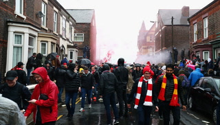 Hincha de Liverpool termina apuñalado en incidentes con la barra de la Roma en las afueras de Anfield
