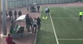 Padre y un entrenador se agarran a puñetazos en fútbol español