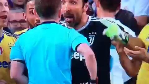 Buffon se despide de la Champions con una tarjeta roja
