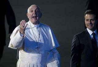 Papa Francisco rompe el protocolo y se olvida de la alfombra roja