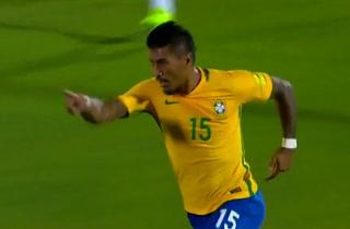 Paulinho marca y silencia el Centenario con este golazo ante Uruguay (1-1)