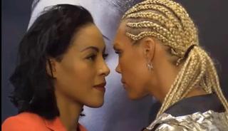El beso a traición entre mujeres que ha dejado KO al boxeo