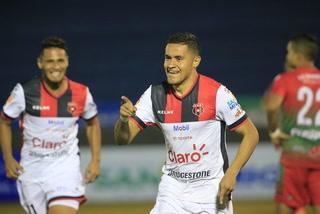 Roger Rojas protagonista en victoria de Alajuelense: doblete y asistencia ante Liberia