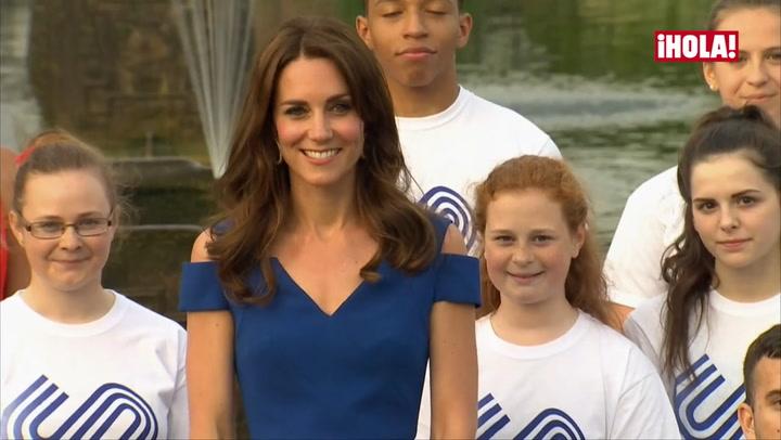 La duquesa de Cambridge luce su espectacular figura en azul