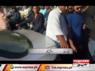 کراچی میں ایک طالبہ چلتی ٹٰکسی سے کود گئی