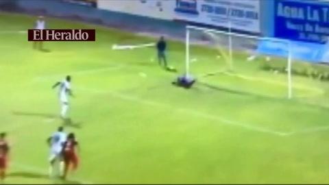 Así tapó Denovan Torres el penal de James Cabezas ante Juticalpa