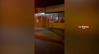 Mujer corre desnuda por la calle para alcanzar su novio que le quito el celular desbloqueado
