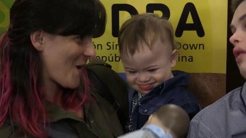 Presentan el primer muñeco bebé con rasgos de síndrome de Down en Argentina
