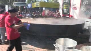 Cocinan sopa lentejas de tres mil 345 kilos por récord