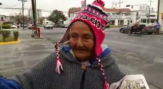 Doña Julia, la abuelita canillita que es ejemplo de superación en México