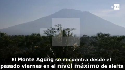 Evacúan a más de 42.700 personas por el volcán Agung en la isla indonesia de Bali
