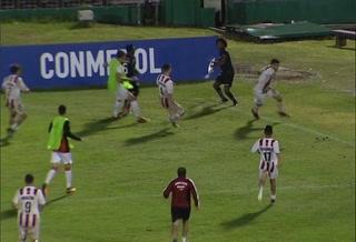 Insólito: Jugador arrancó el palo del córner para defenderse de enardecidos rivales