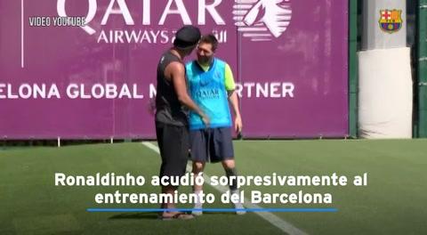 Ronaldinho llegó de sorpresa a práctica del Barcelona y se reencontró con Messi