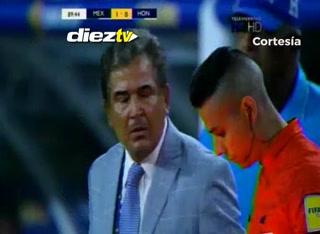 El enérgico reclamo de Pinto al cuarto árbitro en el México-Honduras