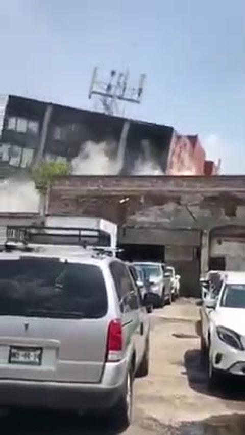 Sorprendente: Edificio se desploma completemante ante sismo en México