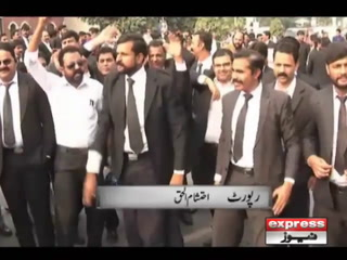 فیصل آباد میں وکلا کا ڈی سی آفس پر دھاوا، کمرہ عدالت پر بھی ڈنڈے برسادیے