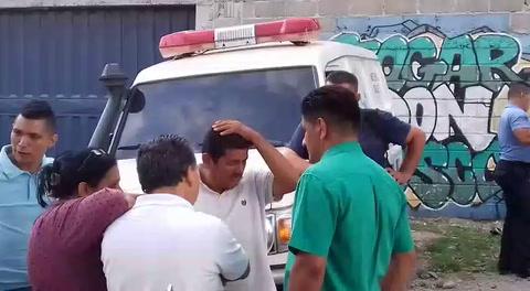 Padre de estudiante asesinado es consolado en la escena