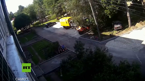 Obreros salvan a un bebé que cae desde una ventanta