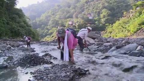 Mujeres vencen tabú machista y brillan en minas de esmeraldas